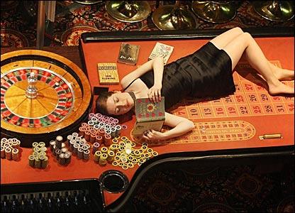 Аппараты игровые играть абезьяны парень играет с девушкой в карты