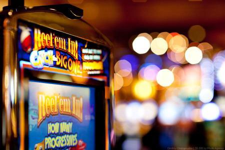 ... игровые автоматы, а воздух пропитан